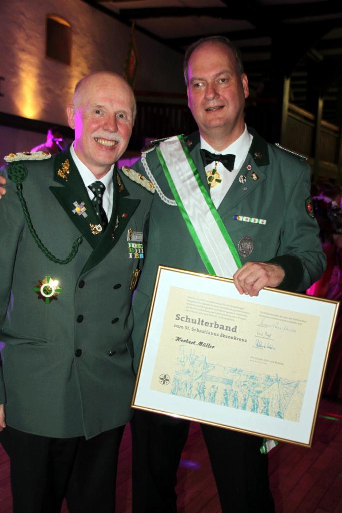 Herbert Müller erhält das Schulterband